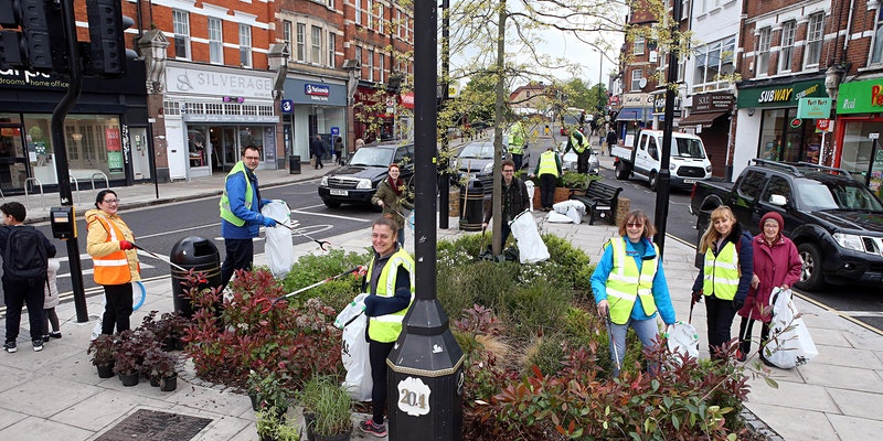 volunteers clearing litter at palmers green triangle